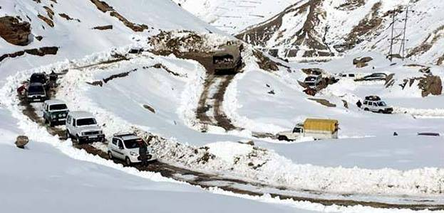 One-way traffic in Rohtang Pass